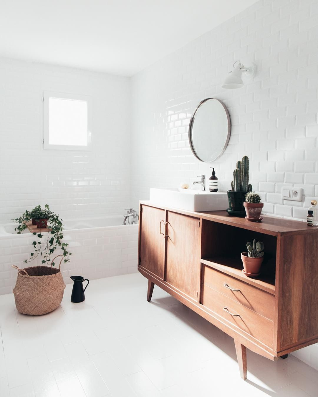 Top 10 stunning mid-century bathrooms on instagram